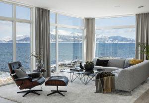 Store vinduer med fjordutsikt.